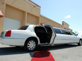 white stretch limo lincoln